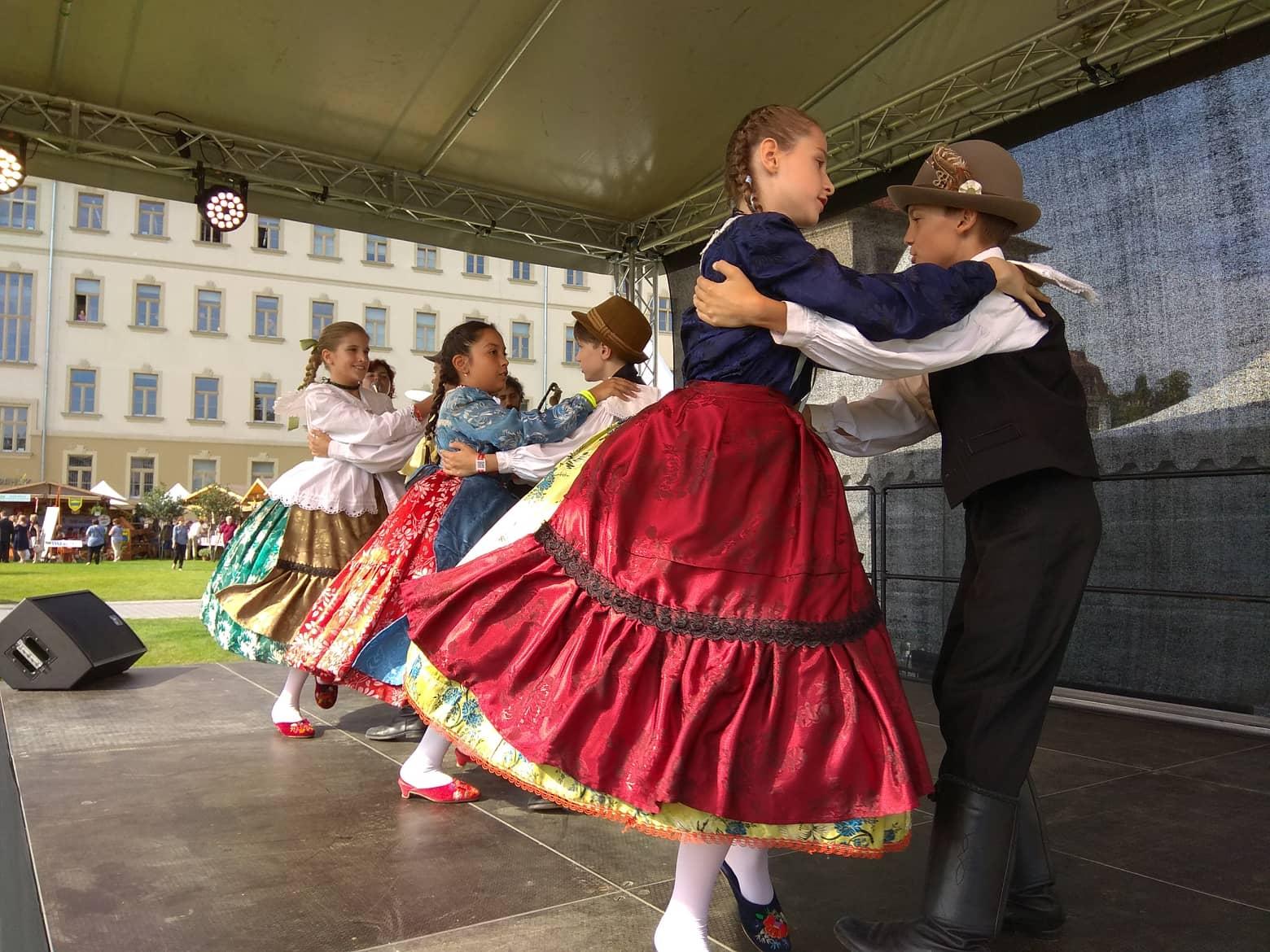 Néptáncbemutatók és hungarikum játszóház a Millenárison