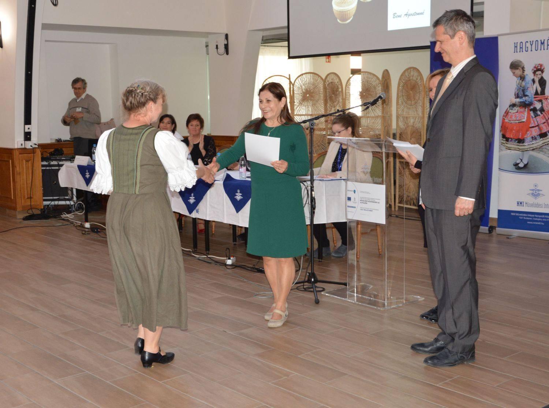 Lezsák Sándorné Sütő Gabriella és Dr. Beneda Attila a díjátadón egy díjazottal