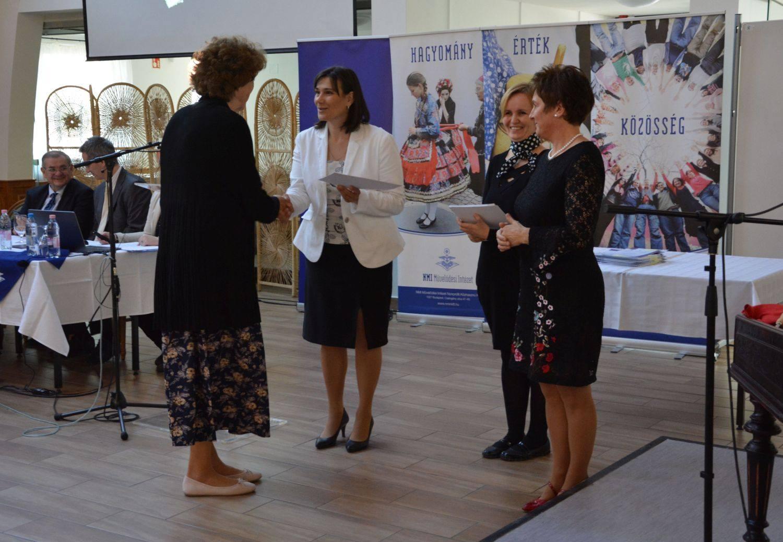 Kardosné Gyurkó Katalin, a Nagycsaládosok Országos Egyesülete elnöke, Kocsis Klára, a Békés Megyei Népművészeti Egyesület munkatársa, Závogyán Magdolna, a Nemzeti Művelődési Intézet ügyvezetője a díjátadón egy díjazottal.