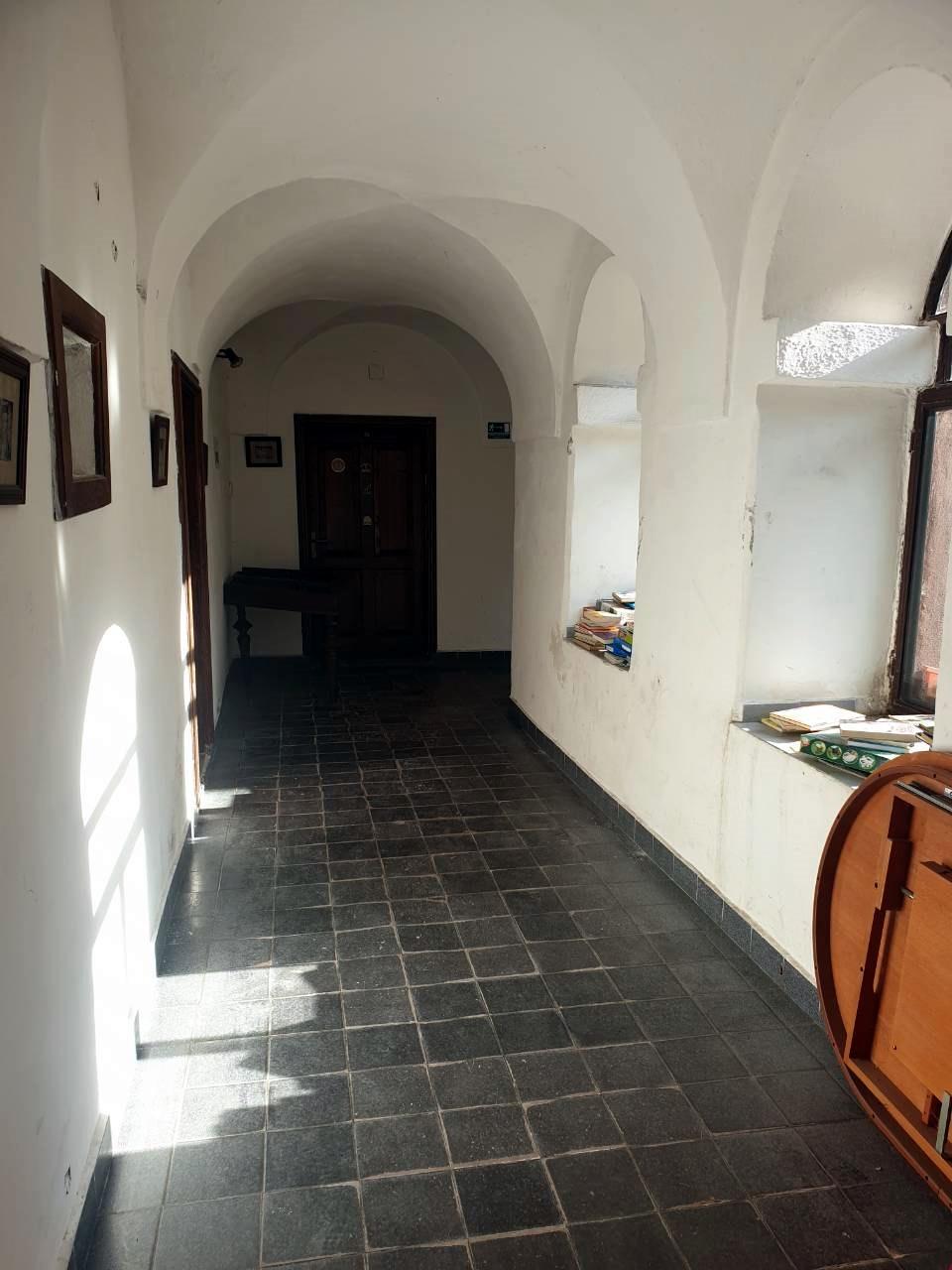 A Dévai Szent Ferenc Alapítvány épületének folyosója