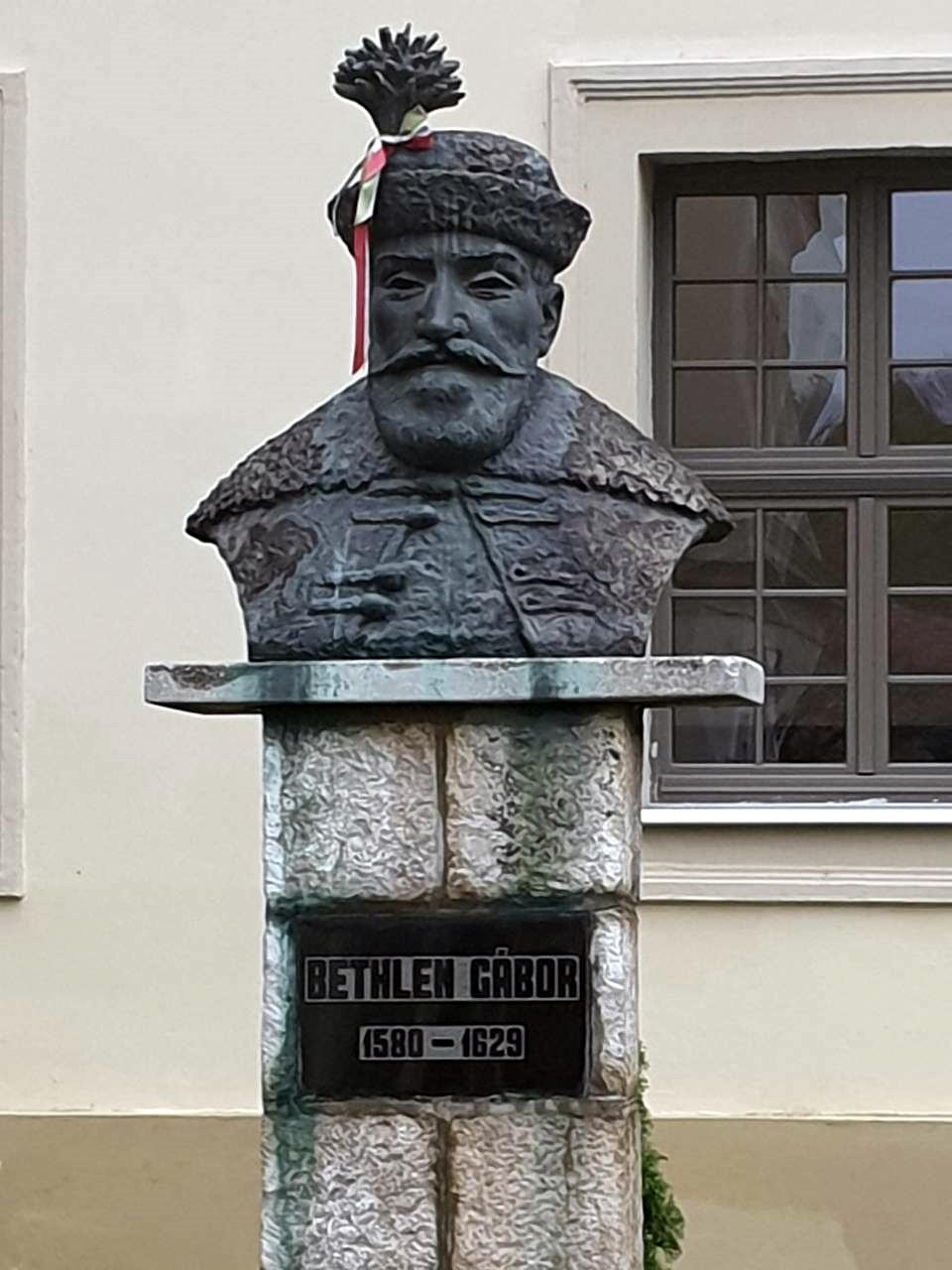 Az alapító Bethlen Gábor szobra a Bethlen Kollégium udvarán Nagyenyeden