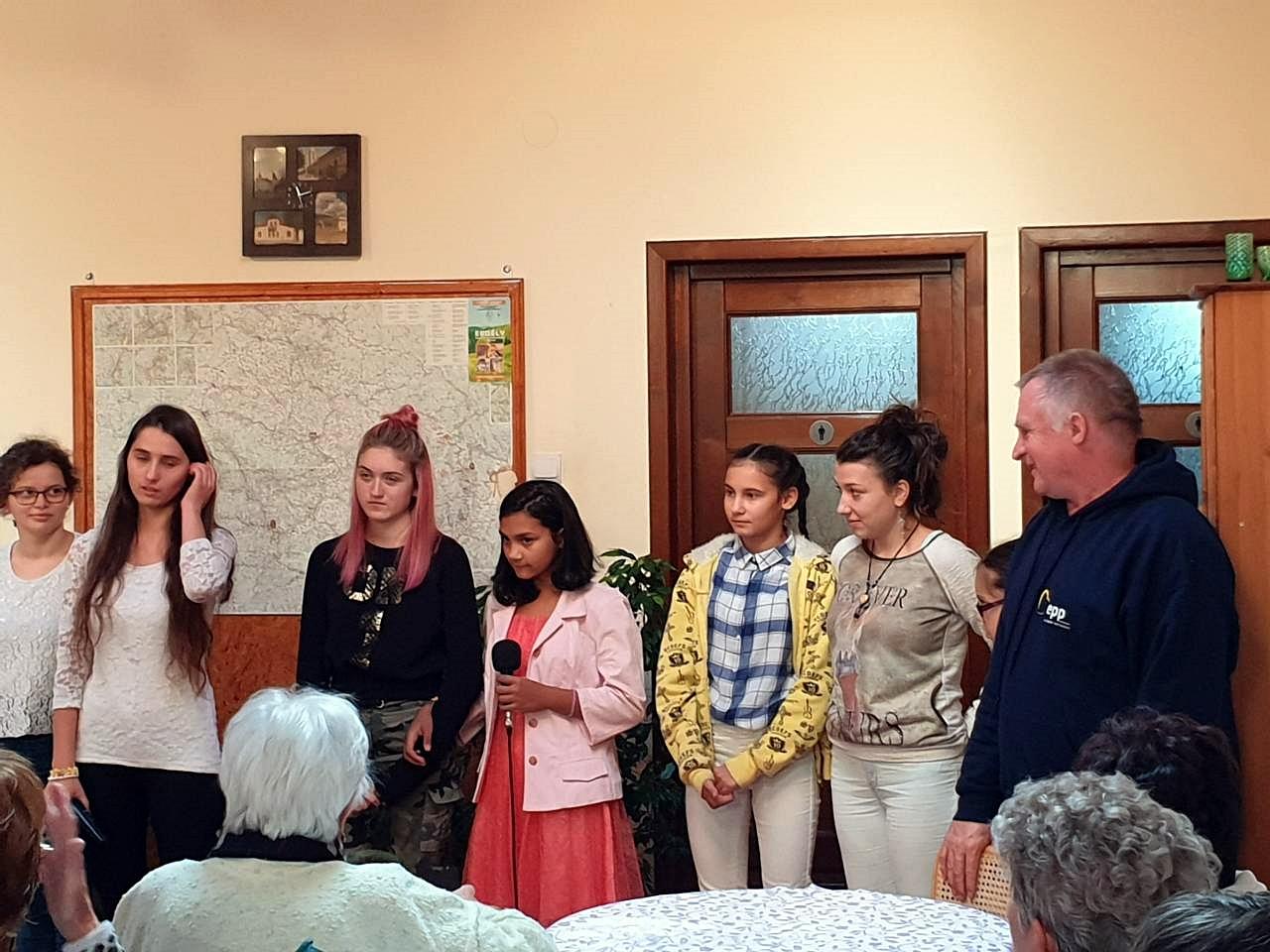 Böjte Csaba atya és az otthon lakói fogadják az Agóra tanulmányút részvevőit.