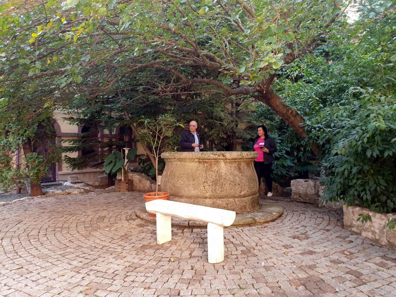 Pihenő az alapítvány udvarán