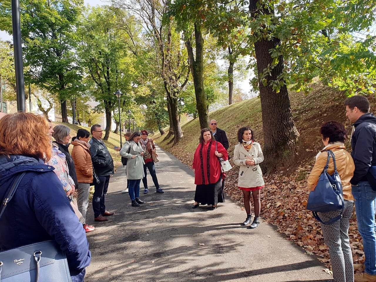 Séta Nagyszebenben. A település múltját es nevezetességeit Serfőző Levente elnök, Takács Gyöngyi alelnök mutatta be