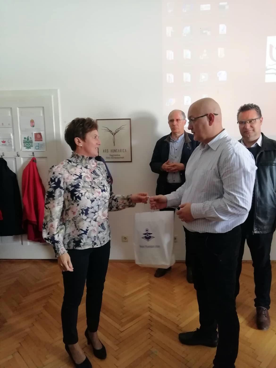 Závogyán Magdolna, a Nemzeti Művelődési Intézet ügyvezetője és Serfőző Levente, a HÍD - Szebeni Magyar Egyesület elnöke