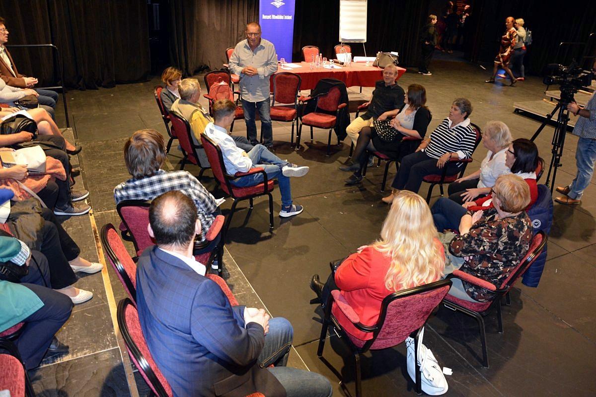 Amatőr színjátszás és a generációk közötti párbeszéd erősítése (Bagossy László drámapedagógus)