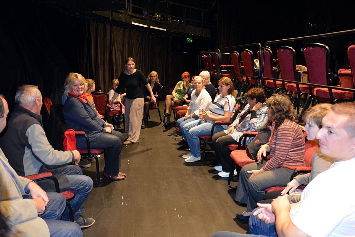 Pajtaszínház csoportok szerepe a helyi hagyományok és legendák újraélesztésében (Csáki Csilla rendező, színészmesterség oktató)