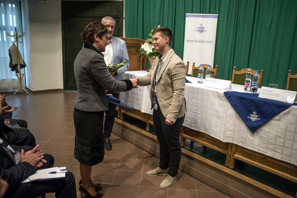 Varga Dalma átveszi a díjat