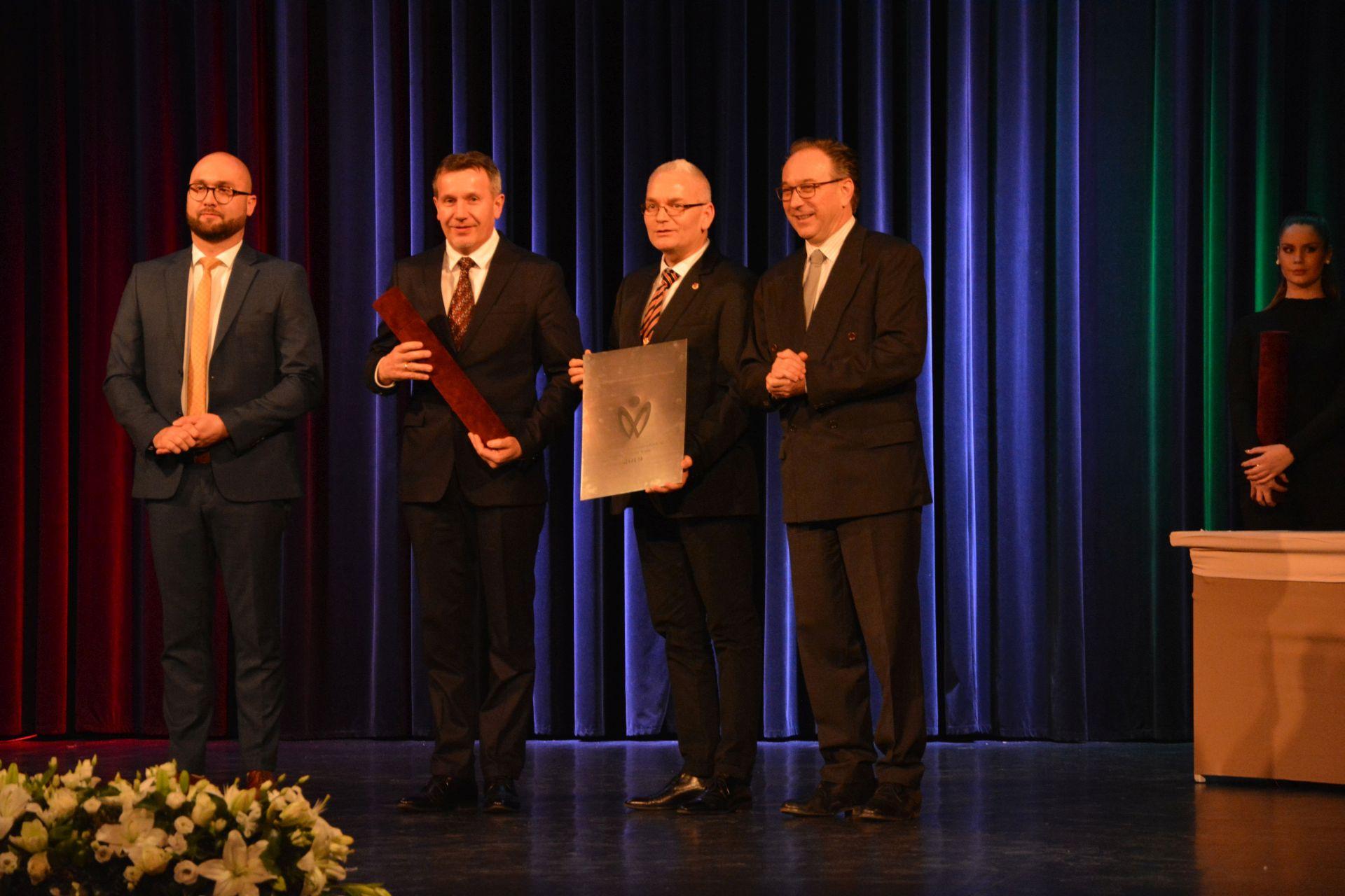 A Tiszaújvárosi Művelődési Központ és Könyvtár Molnár István alpolgármester és Mátyás Zoltán igazgató