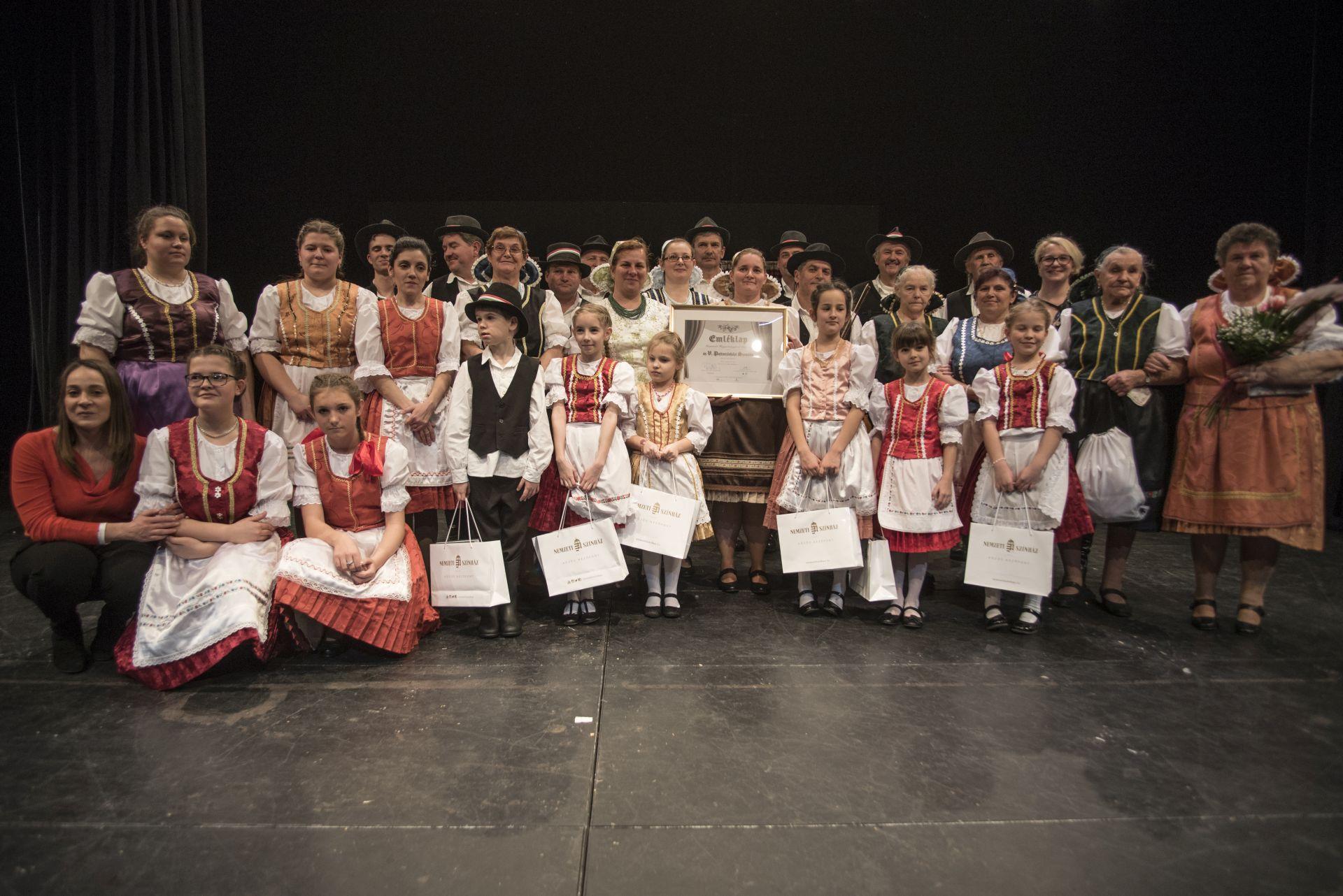 Kemencei Hagyományőrző Csoport Tulipános láda – hagyományőrző darab (Kemence, Pest megye)